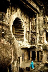 индианка на фоне храма