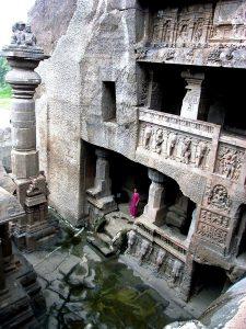 храм в эллоре с индианкой