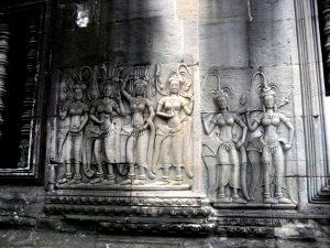 статуи апсар в ангкоре